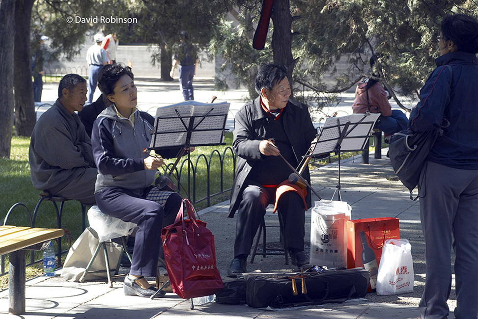 Man-and-woman-in-Park-playing-the-Er-Hu-the-2-stringed-violin
